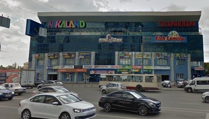 «Переходил дорогу на зелёный»: на остановке в Челябинске автомобилист отправил в нокаут пешехода