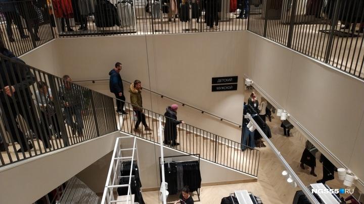 В «МЕГЕ» на открытии шведского бренда омичи устроили давку