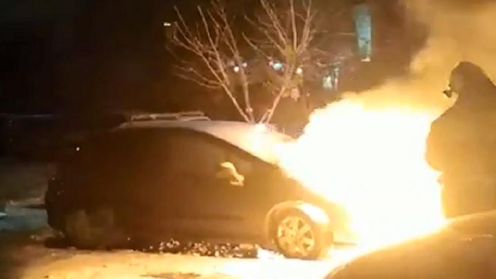 Брошенный под окнами Peugeot выгорел за несколько минут в Волгограде. Видео