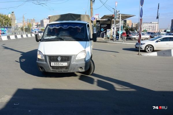 «Газель» выполняет спорный разворот на дороге с разделительной полосой, не выезжая к центру перекрёстка