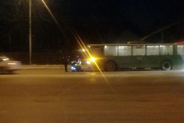 Троллейбус двигался по проспекту Дзержинского со стороны улицы Красина