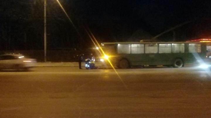 Женщина угодила под колёса троллейбуса в районе метро «Берёзовая роща»