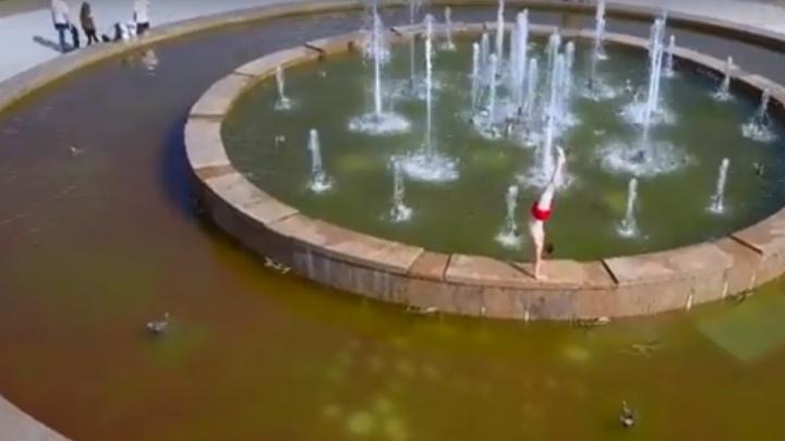 Ярославец в фонтане на Стрелке сделал стойку на руках