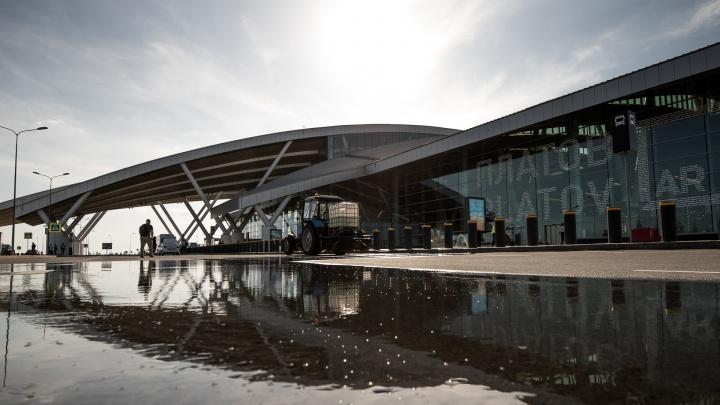 В Платове из-за непогоды задержали пять рейсов. Столько же самолетов не могут приземлиться