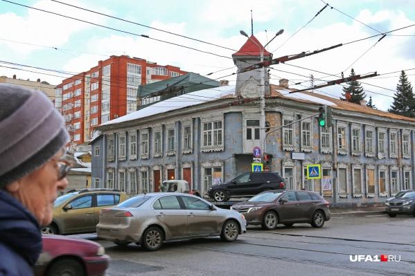 После революции на первом этаже дома была парикмахерская, а на втором поселились чекисты
