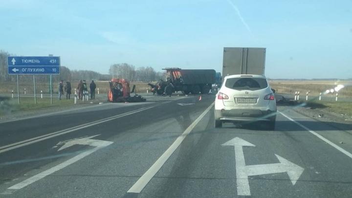 В крупной аварии под Омском у КАМАЗа оторвало кабину