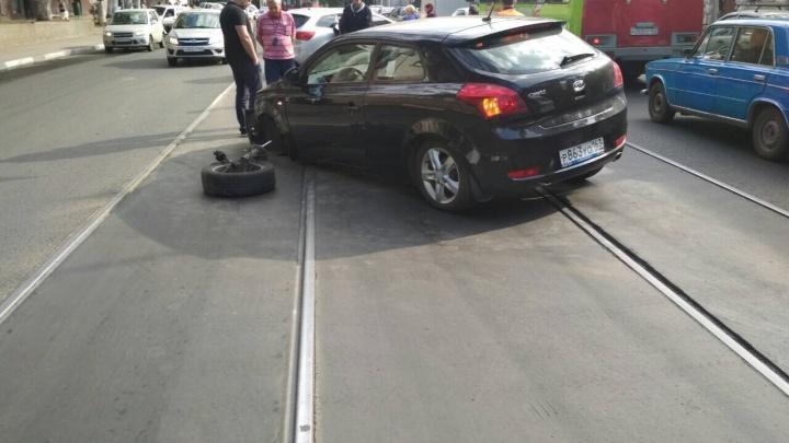 Отвалилось колесо: на Красноармейской две KIA заблокировали движение трамваев