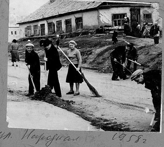 Когда-то на уборку территорий выходили всем рабочим коллективом, но к работам активно привлекали и загремевших в вытрезвители