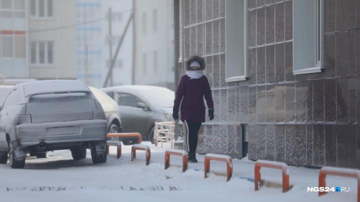 Водитель в морозы оставлял авто на решетке парящей ливневки и удивился, когда посмотрел под капот