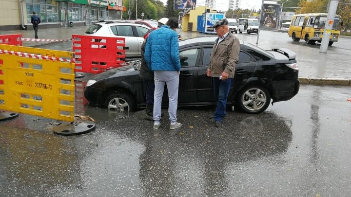 Клюнул носом: в Уфе автомобиль провалился в яму