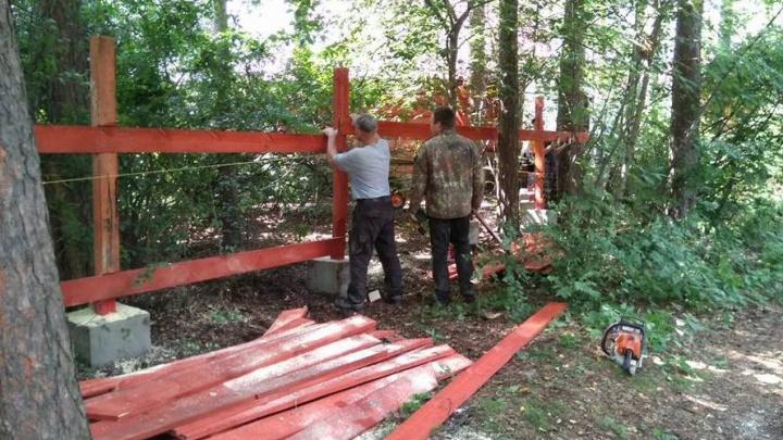В Шарташском лесопарке возле базы отдыха «Карасики» незаконно установили забор