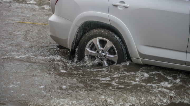 Денег нет и не будет: дорожники объяснили, почему трасса под Новосибирском ушла под воду