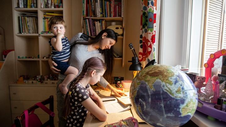 «Школа — будто камера хранения детей». История Ксюши и Стаса, которые никогда не ходили в детсад и школу