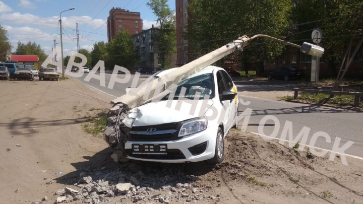 Таксист снёс столб на улице Энтузиастов