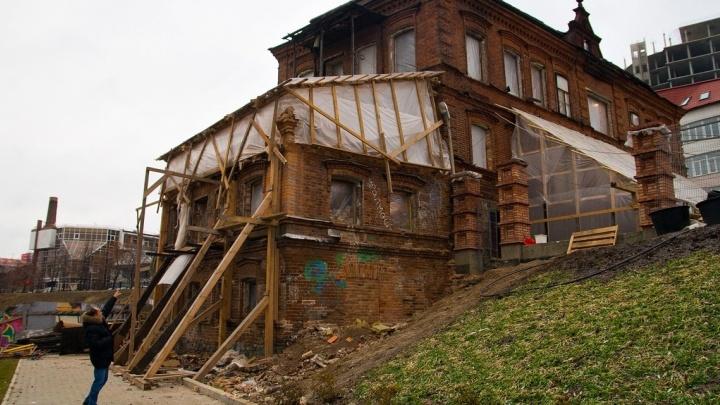 Вынесли все окна и двери: смотрим, как знаменитый Косой дом на Горького переделывают в особняк
