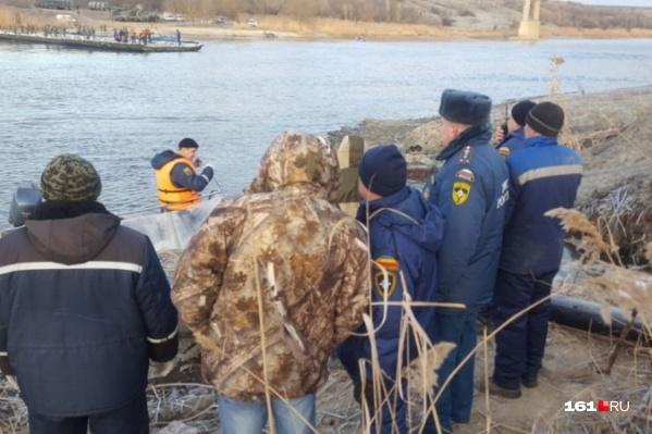 Все пассажиры лодки оказались в воде
