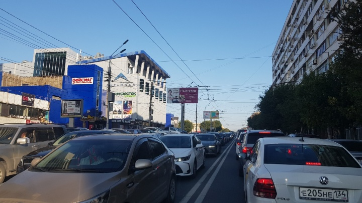 Центр Волгограда замер в пробках из-за перекрытий на площади Павших Борцов