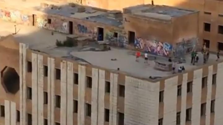 Променад на грани жизни и смерти: на крыше самарской высотки гуляла группа подростков