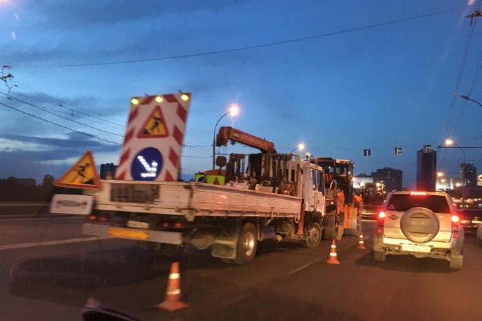 На Димитровском мосту работают дорожники