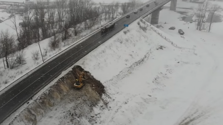 «Нагнали КАМАЗов и роют землю»: видеоблогер запустил коптер над строящимся мостом на Соку