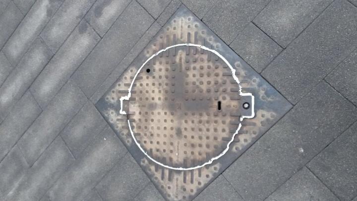 В центре Красноярска запенили канализационные люки ради безопасности первых лиц