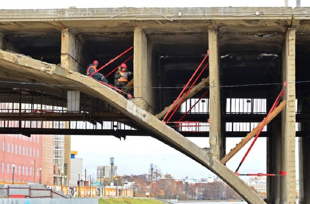 На мосту установили распорки для удержания вертикальных элементов конструкции