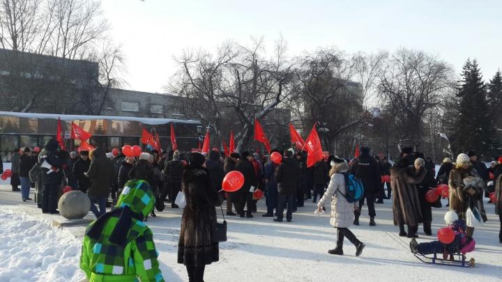 Толпа с красными флагами вышла на пикет в Первомайском сквере