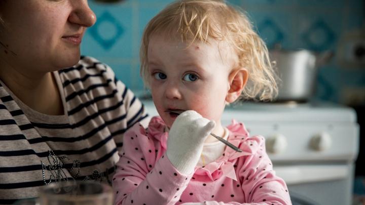 Девочка-бабочка: история ребенка с тончайшей кожей — к ней никому нельзя прикасаться
