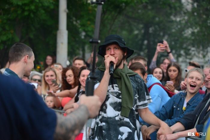 В прошлом году на площадке перед УрФУ для выпускников пел Иван Дорн