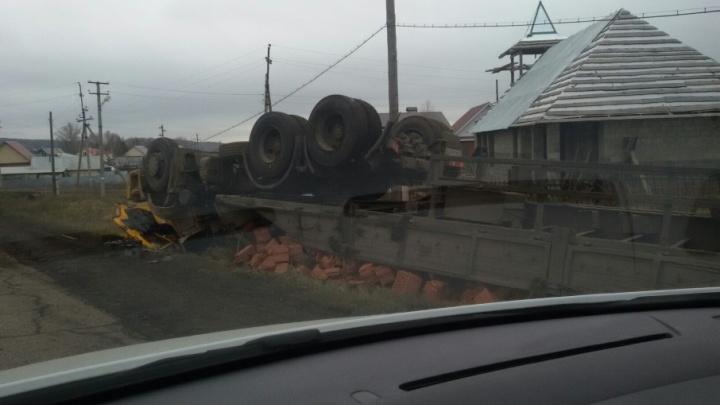 На трассе в Башкирии опрокинулся КАМАЗ с кирпичами