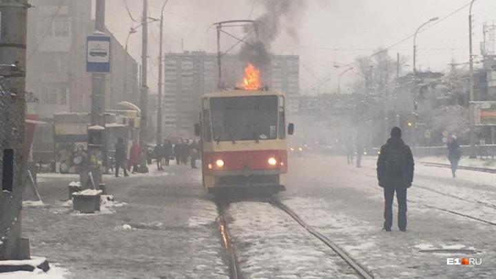 Сначала искры — потом хлопок: на конечной остановке на ЖБИ загорелся трамвай
