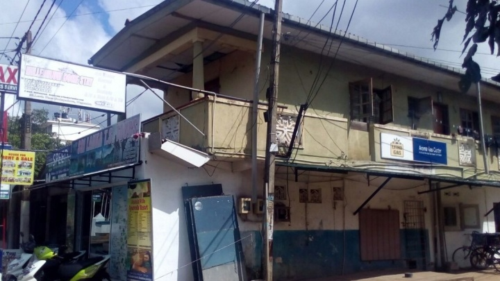 """""""Тараканы, холодная вода, мусор"""": екатеринбуржцев на Шри-Ланке поселили в отель-сарай"""