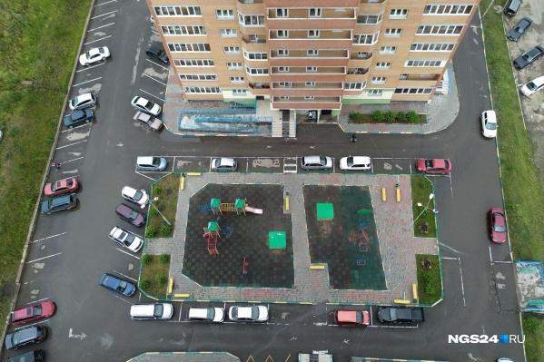 С парковками и проездами вечерами в новостройках района все очень печально