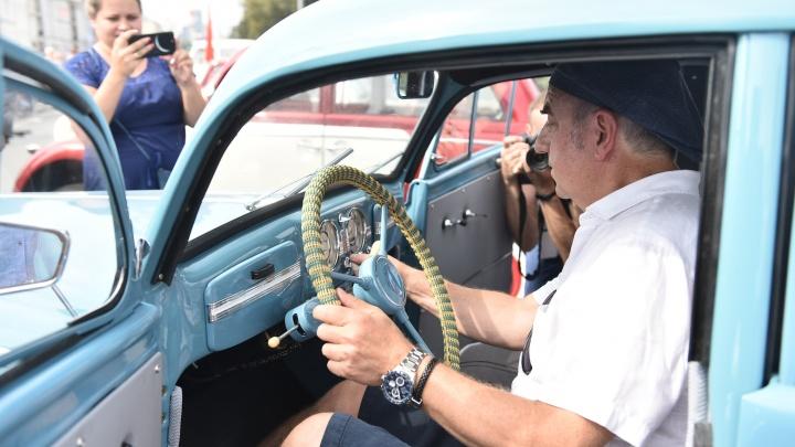 Шахрин показал «Москвич», на котором ездил еще его дед: фоторепортаж с выставки ретроавтомобилей