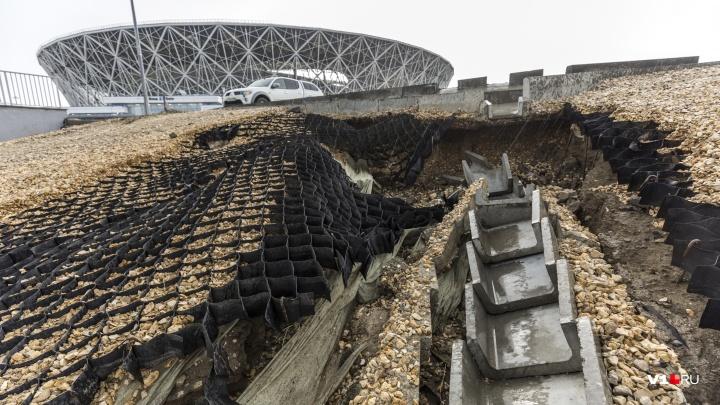 Поплывшая «Волгоград Арена» и заваленная щебнем рокадная дорога: фоторепортаж