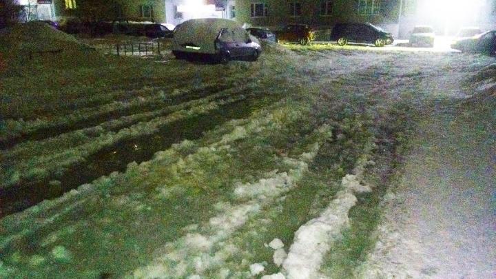 На северо-западе Челябинска несколько автомобилей оказались в ледяном плену