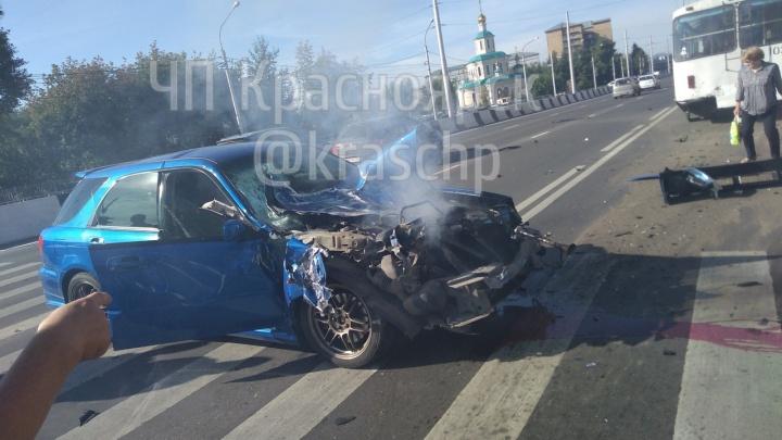Гонщик на «Субару» на высокой скорости врезался в троллейбус и попутное авто на Партизана Железняка