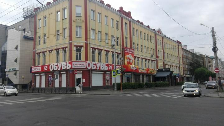 Уродующая фасад вывеска появилась в центре Красноярска