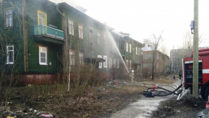 Отравление дымом и перелом плеча: ночью в центре Архангельска эвакуировали жильцов горящей деревяшки