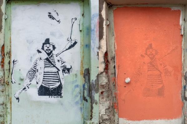 Клоун не продержался и месяца: слева — как было, справа — как стало