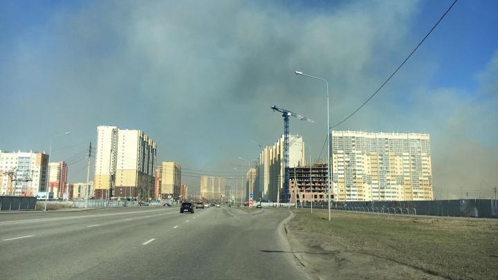 «Вся дорога в дыму»: возле микрорайона «Академ Риверсайд» разгорелся пожар