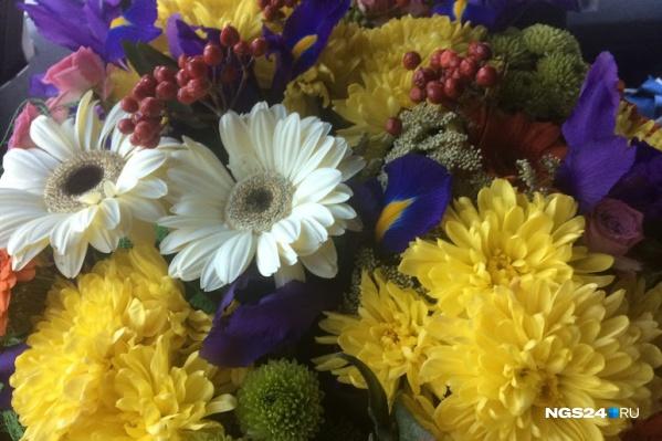 В некоторых школах собирают цветы от класса и дарят учителю огромный букет