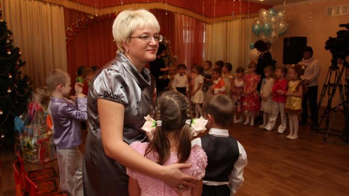 В Новосибирске детсады отказываются от аниматоров и наряжают в Дедов Морозов родителей. Выясняем почему