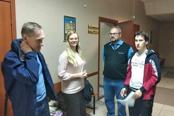 Наталья Вавилова с другими активистами в коридоре суда Ленинского района