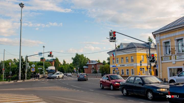 Может рухнуть на головы: в Ярославской области нашли опасный аварийный дом