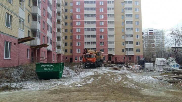 Дом в Кольцово, где голодали пайщики, обещали достроить к маю - на стройплощадку приехал министр