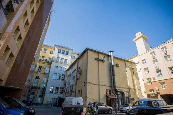 Здание мэрии на Красном проспекте, 34 имеет общий двор с двумя жилыми домами