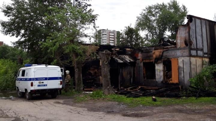 Три человека погибли в горящем бараке на Ботанике