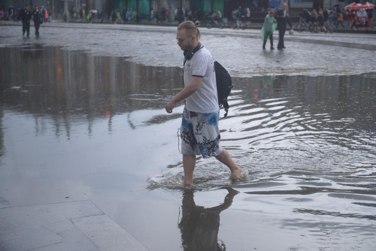 Автомобили тонули: Екатеринбург накрыло градом и ливнем, мы собирали фото в режиме онлайн