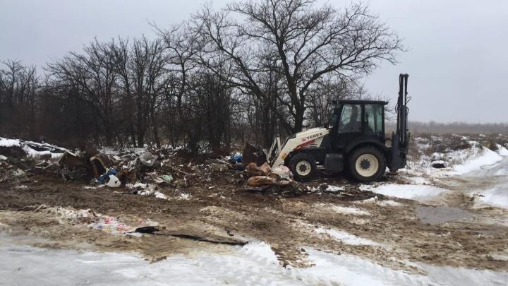В Волгограде бульдозеры отправили на уборку свалки на Лысой горе